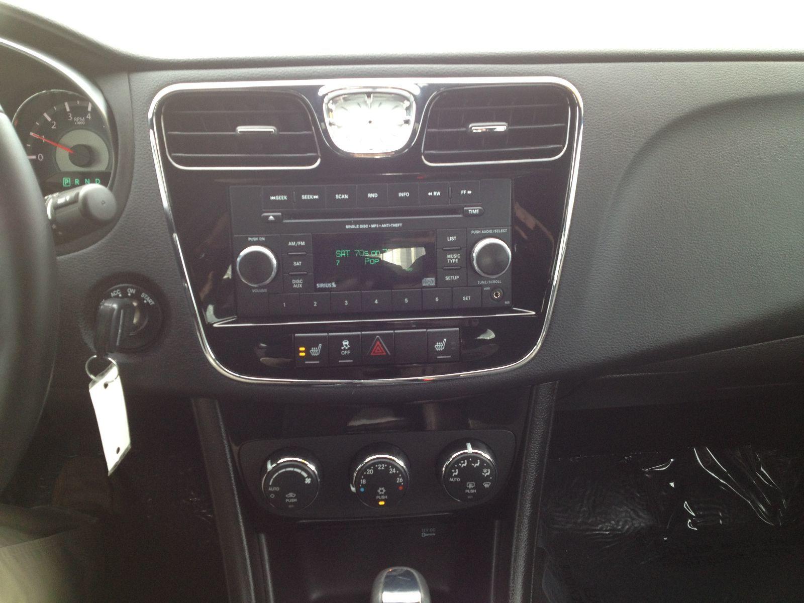 Chrysler 200: CD Player