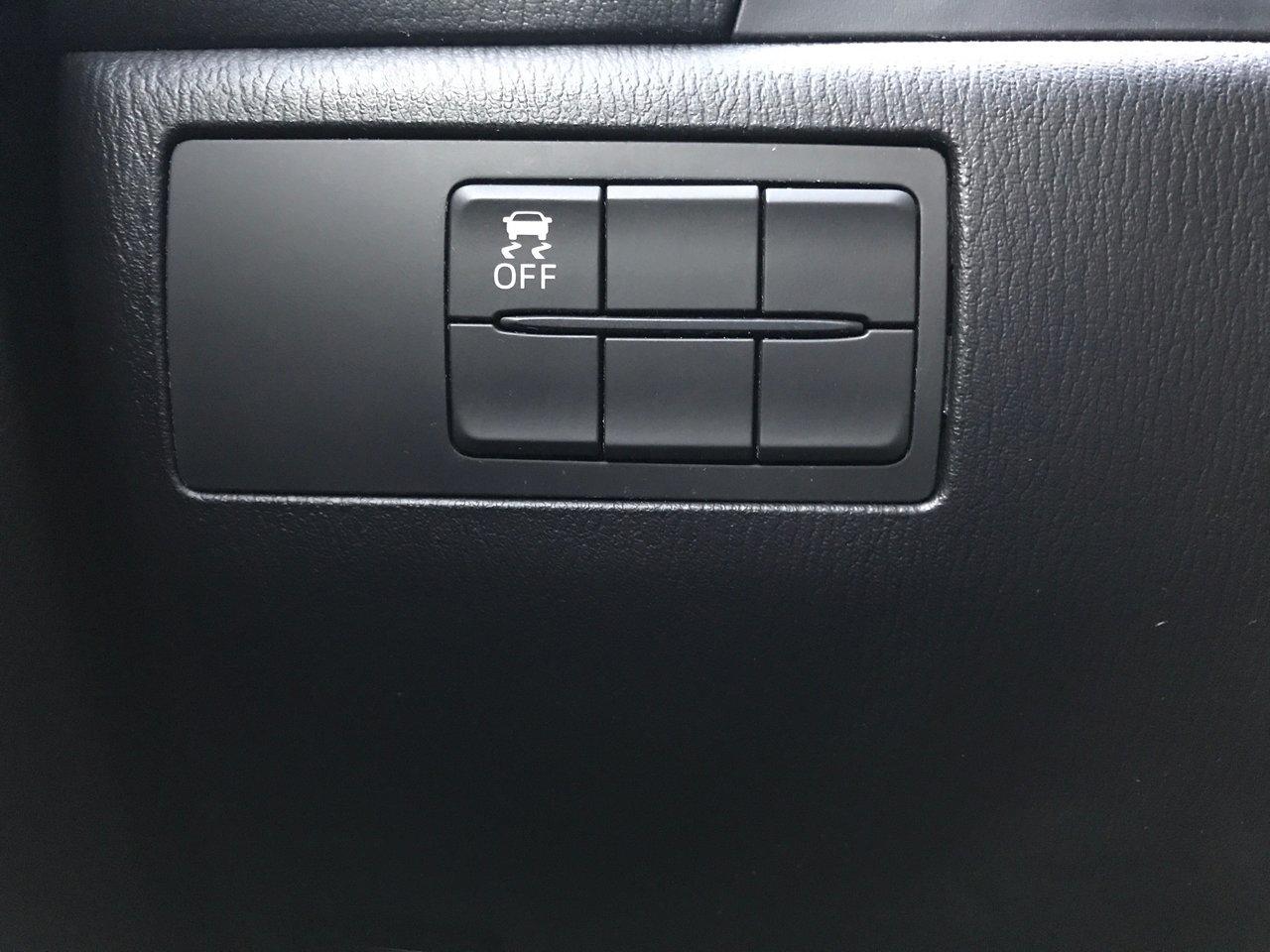 Photo 2015 Mazda Mazda3 MANUAL! UNLIMITED KM WARRANTY! HEATED SEATS! MANUAL! UNLIMITED KM WARRANTY! HEATED SEATS!