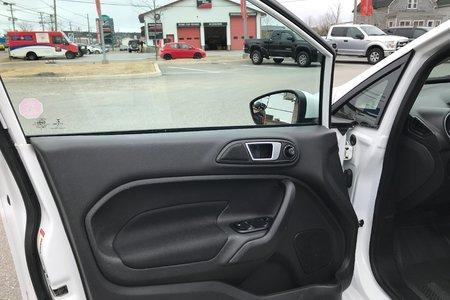 2014 Ford Fiesta (4) SE